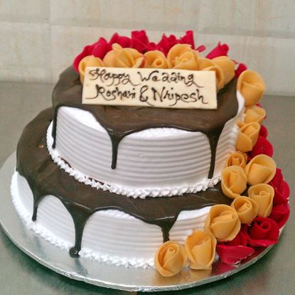 Picture of Radisson Vanilla Cake with Chocolate Toppings and roses (5 Kg)